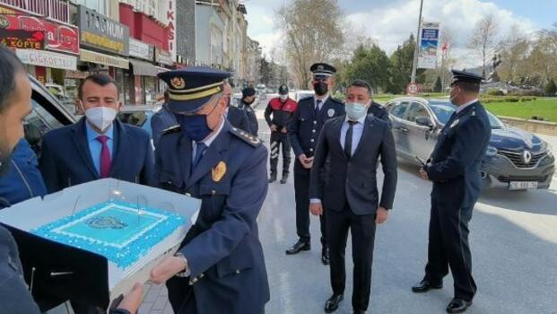 Polis ekiplerine pasta sürprizi