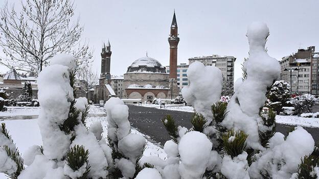 Sivas'ta kar yağışı! Kent merkezi beyaza büründü