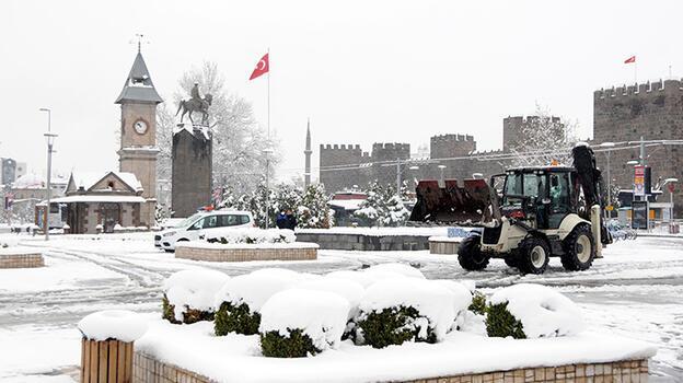 Kayseri'de kar yağışı! 60 mahalle yolu ulaşıma kapandı
