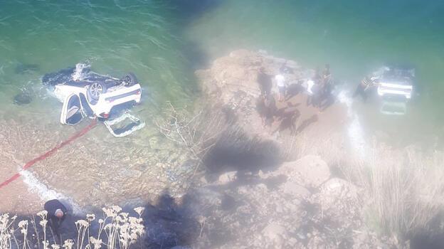 Son dakika... Van Gölü'ne otomobil uçtu! 4 kişi yaralandı