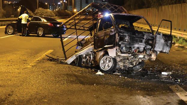 İzmir'de korkunç kaza! Kamyonet küle döndü