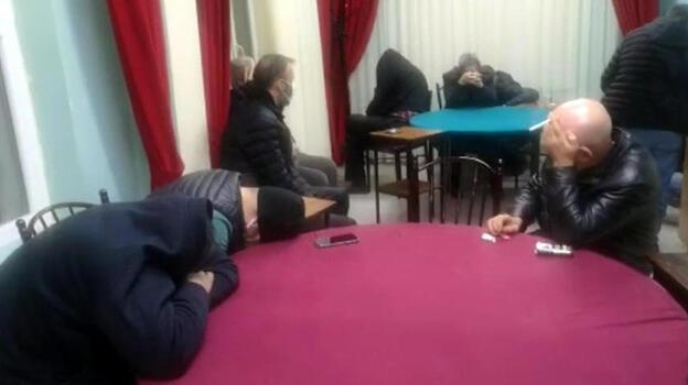 Dernek binasına baskın! 20 kişi kumar oynarken yakalandı