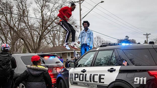 Minneapolis yine karıştı! Polis siyah genci vurdu