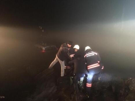 Gölete düşen otomobildeki 2 kişi kurtarıldı