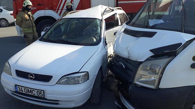 Esenyurt'ta minibüsle otomobil çarpıştı: 8 yaralı
