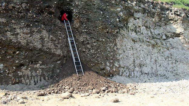 Toprak kayması sonucu mezar ortaya çıktı