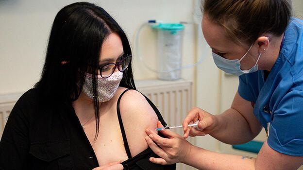 Kovid-19 aşısı: İngiltere'de sıra 45-49 yaş aralığına geldi