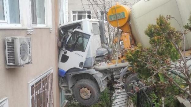 Son dakika... Beşiktaş'ta beton mikseri 6 katlı binaya çarptı