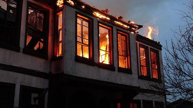 Tarihi bina yangında çöktü! Çok sayıda kedi yanarak can verdi