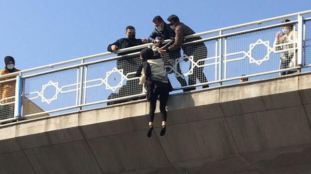 Son dakika... Liseli kız köprüye çıktı, kendisini boşluğa bıraktı! Son anda kurtarıldı
