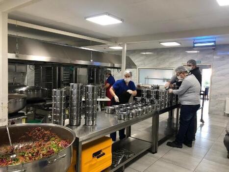 Süleymanpaşa Belediyesi'nden ihtiyaç sahiplerini sıcak yemek