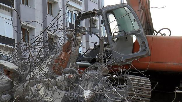 Yıkım sırasında beton blok iş makinesinin üzerine devrildi!