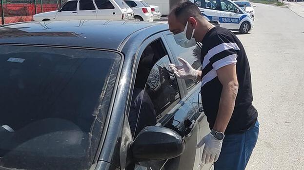 Karantinada olması gerekirken otomobille gezerken yakalandı