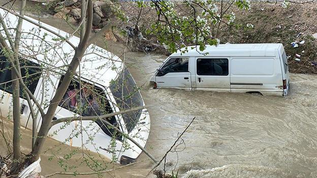 Bursa'da dereye uçan minibüste mahsur kaldı
