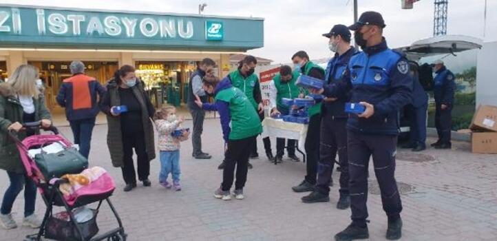 Bursa Büyükşehir Belediyesi iftar saati yollardaki vatandaşlara iftarlık dağıtıyor