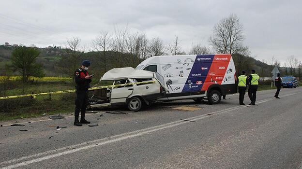 Minibüs ile otomobil kafa kafaya çarpıştı: 1 ölü, 1 yaralı