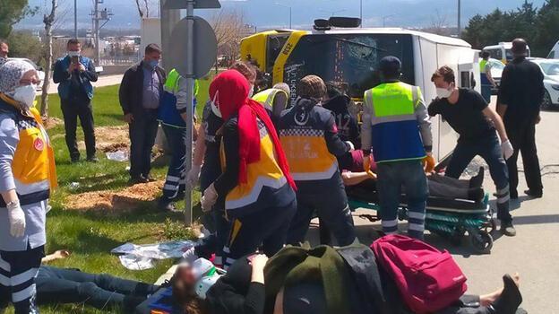 Bursa'da, direğe çarpan yolcu midibüsü yan yattı!