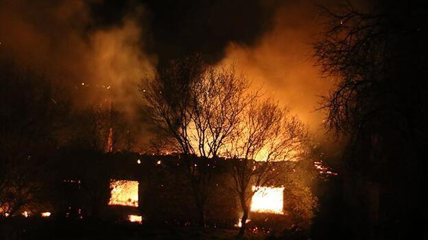 Uşak'ta korkutan yangın! 2 ev, 1 ahır kullanılamaz hale geldi