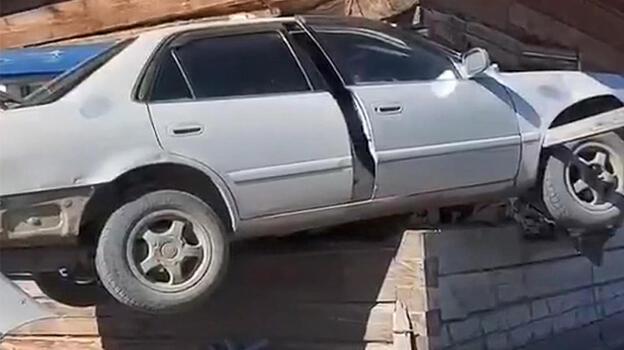 Kontrolden çıkan araç evin odasına saplandı!