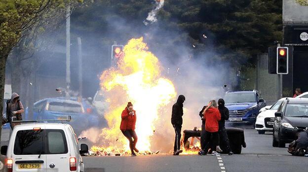 Son dakika...Kuzey İrlanda'da polis memurunun arabasında bomba bulundu!