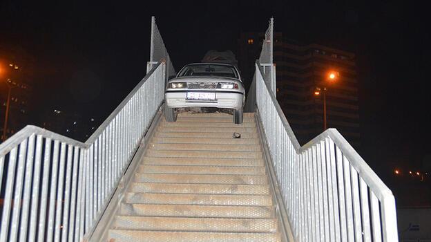 Otomobili yaya üst geçidine terk etmişlerdi! 2 kişiye ceza kesildi