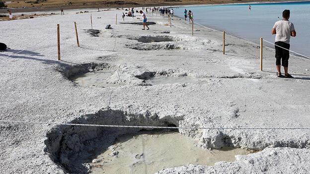 Son Dakika: Suyu 30 metre çekilen Salda Gölü'nün çamur çukurları kapanıyor