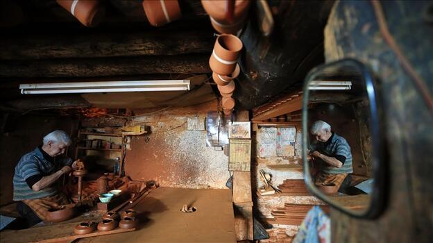 Aydınlı 71 yaşındaki çömlek ustası çamura şekil veriyor