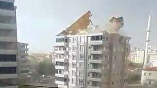 Gaziantep'te, fırtınada çatının uçma anı kamerada
