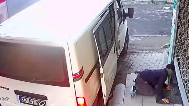 4 dakikada 20 bin liralık hırsızlık! Perde çalıp, kayıplara karıştılar