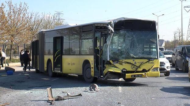 Başakşehir'de İETT otobüsü park halindeki midibüse çarptı: 1 yaralı