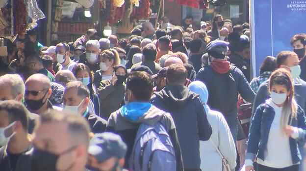 3 günlük sokağa çıkma kısıtlaması öncesinde Eminönü ve Kadıköy'de yoğunluk
