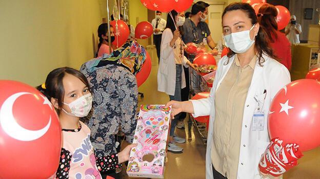 Hastanede tedavi gören çocuklara '23 Nisan' morali