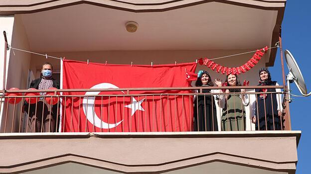 Konya'da 23 Nisan balkonlarda kutlandı