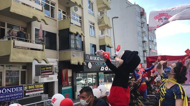 Bando takımı, TIR'ın üzerinde çocukların bayramını kutladı