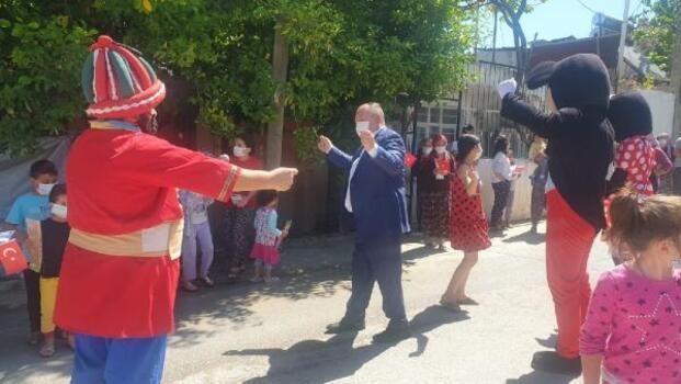 Başkan Tarhan, çocuklarla dans edip harçlık dağıttı