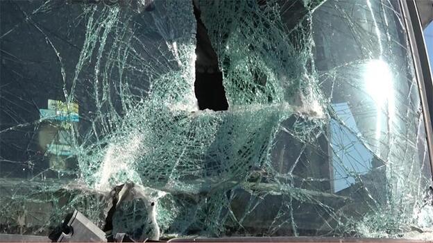Kamyonetteki çocuk ön camdan fırladı! Korku dolu anlar