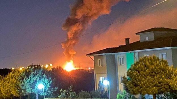 Arnavutköy'de gecekondu alev alev yandı