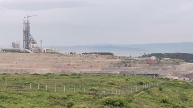 Kocaeli'de çimento fabrikasının çalışma sahasında çıkan atık yangını söndürüldü