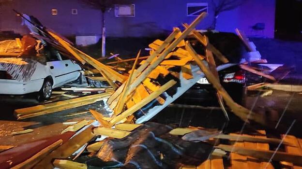 Şiddetli rüzgar ortalığı savaş alanına çevirdi! 20 otomobilde hasar oluştu