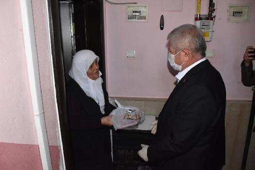 Amasya'da vatandaşlara pide dağıtıldı