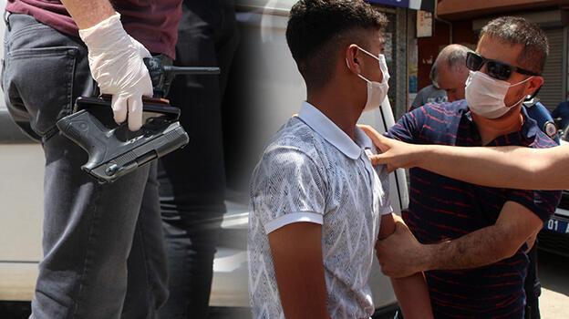 Polisin 'dur' ihtarına uymadı, arkadaşının üzerinden ruhsatsız tabanca çıktı!