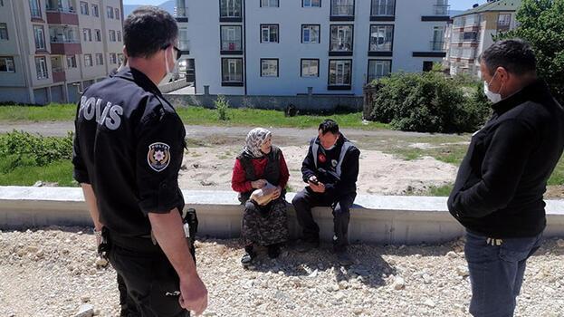 Evinin yolunu kaybeden yaşlı kadını polis ailesine kavuşturdu