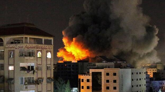 İsrail savaş uçakları Gazze'de sivillerin yaşadığı binayı vurdu
