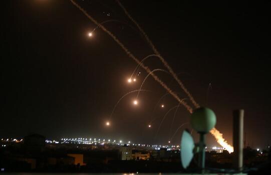 Sivil yerleşim noktalarını vuran İsrail'e Gazze'den 100 roket daha atıldı