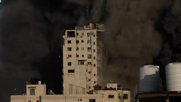Son dakika: Gazze'ye saldırılar sürüyor! Canlı yayında yerle bir oldu
