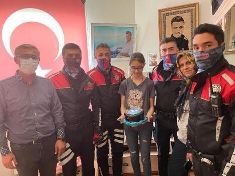 Şehit kardeşine polis ekiplerinden doğum günü sürprizi