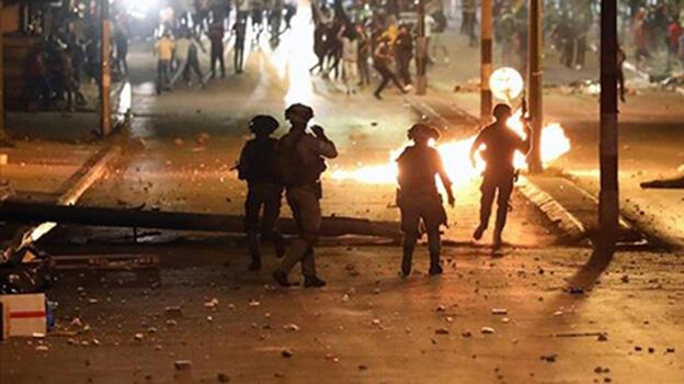 Son dakika: İsrail'in Lid kentinde camideki Filistinlilere silahla saldırı