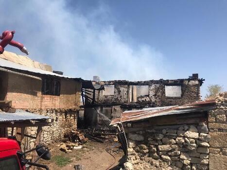 Evde çıkan yangını itfaiye ekipleri güçlükle söndürdü
