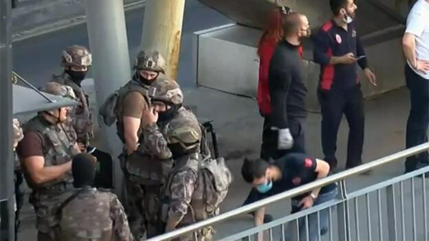 Son dakika: Avcılar istikametinde ilerleyen metrobüs rehin alındı
