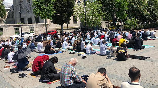 Ayasofya Camii'nde cuma namazı yoğunluğu